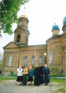 Прихожане храма со священнослужителями
