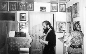 Священник Сергий Шуров в храме-вагончике у строящегося храма Рождества Христова. 2000 год.