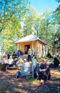 Слушаем экскурсовода у часовни святого Елеазара.
