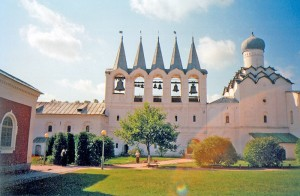 Так сказочно выглядит звонница Тихвинского Богородичного Свято-Успенского монастыря.