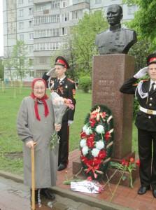 Памятник Петру Николаевичу Долгих, Герою Советского Союза, установленный на Аллее Славы в Старом Осколе