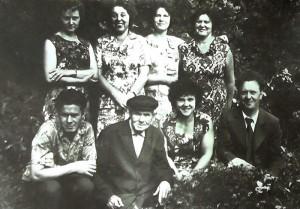 На фото в нижнем ряду в центре: Петр Никандрович Подколзин, 1901 г.р., потомок рода Воейковых