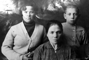 Наталья Мартыновна в центре, Толик и её двою сестра