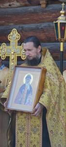 Отец Владимир Пивоваров с иконой