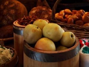 Яблоки и бочка